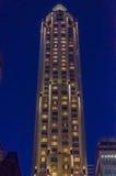 Να εξετάσει επάνω τους ουρανοξύστες και τις προσόψεις Στοκ Εικόνες