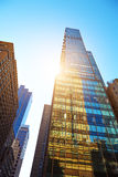 Να εξετάσει επάνω τους ουρανοξύστες στην πόλη της Νέας Υόρκης Στοκ Φωτογραφίες