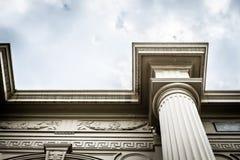 Να εξετάσει επάνω το ρωμαϊκό κτήριο ύφους στο μεγάλο παλάτι Ταϊλάνδη Στοκ εικόνα με δικαίωμα ελεύθερης χρήσης