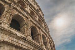 Να εξετάσει επάνω το Colosseum στοκ εικόνα