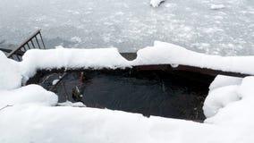 Να εξισώσει σε ένα παγωμένο φράγμα νερού λιμνών απόθεμα βίντεο