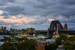 Να εξισώσει τα σύνολα πέρα από τη λιμενική γέφυρα του Σίδνεϊ και τη ζωηρή προκυμαία στην όμορφη λιμενική πόλη της Αυστραλίας ` s Στοκ Φωτογραφίες