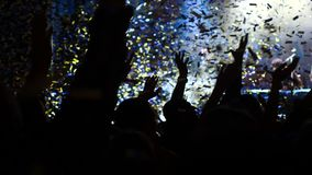 Να εξισώσει τη συναυλία πλήθος ανοιχτό λευκό κομφετί απόθεμα βίντεο