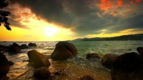 Να εξισώσει τη δύσκολη παραλία μια νεφελώδη ημέρα Ταϊλάνδη απόθεμα βίντεο
