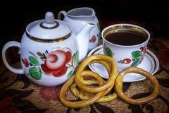 Να εξισώσει το μαύρο τσάι με τα μπισκότα στοκ εικόνα με δικαίωμα ελεύθερης χρήσης
