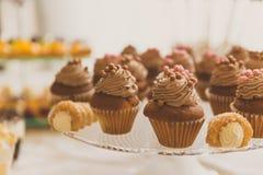 Να εξυπηρετήσει cupcakes Στοκ φωτογραφίες με δικαίωμα ελεύθερης χρήσης