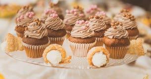 Να εξυπηρετήσει cupcakes Στοκ Φωτογραφίες