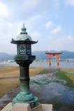 να επιπλεύσει Ιαπωνία torii miyajima Στοκ Εικόνες