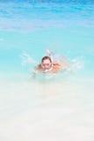 να επιπλεύσει κολυμπά με αναπνευτήρα γυναίκα Στοκ Φωτογραφίες