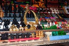 Να επιπλεύσει Mayom εργαστηρίων Khlong αγορά Προθήκη με τα αναμνηστικά για τους τουρίστες στοκ εικόνα