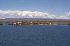 να επιπλεύσει uros νησιών Στοκ Φωτογραφία