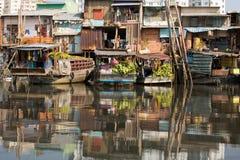 Να επιπλεύσει αγορά με την αντανάκλαση στο νερό Στοκ Εικόνες