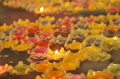 Να επιπλεύσει κεριών λουλουδιών λωτού καψίματος Στοκ φωτογραφίες με δικαίωμα ελεύθερης χρήσης