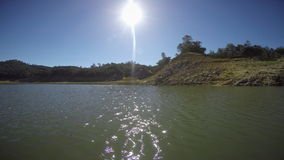 Να επιπλεύσει στη λίμνη στενεύει την ηλιόλουστη ημέρα POV φιλμ μικρού μήκους