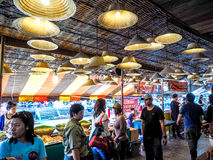 Να επιπλεύσει Amphawa ο τουρισμός αγοράς στην επαρχία είναι δημοφιλής Ea Στοκ Εικόνα