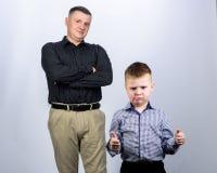 Να εργαστεί από κοινού r o εμπιστοσύνη και τιμές r πατέρας και γιος στο επιχειρησιακό κοστούμι E στοκ εικόνα