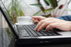 Να εργαστεί αργά - νύχτα στο lap-top στην αρχή και τον καφέ κατανάλωσης Στοκ φωτογραφίες με δικαίωμα ελεύθερης χρήσης