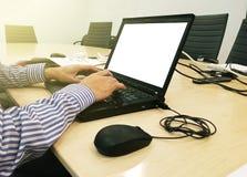 να εργαστεί στο lap-top κοντά επάνω των χεριών του επιχειρησιακού ατόμου Στοκ Φωτογραφία