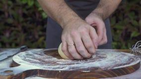 Να ζυμώσει μαγείρων αρχιμαγείρων ζύμη για την πίτα που ψήνει κοντά επάνω Μάγειρας αρχιμαγείρων που κατασκευάζει τη ζύμη για το κέ φιλμ μικρού μήκους