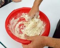 Να ζυμώσει το ψωμί που κάνει τη διαδικασία ψωμιού στον τρόπο tranditional στοκ φωτογραφία