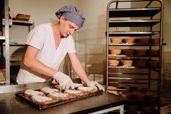 Να ζυμώσει Baker ζύμη και διαμόρφωση της φραντζόλας του ψωμιού στοκ φωτογραφία με δικαίωμα ελεύθερης χρήσης