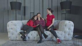 Να ηρεμήσει κορών mom που αγγίζεται στα δάκρυα από τις μνήμες απόθεμα βίντεο