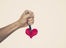 Να διαπεράσει μια κόκκινη καρδιά Στοκ φωτογραφίες με δικαίωμα ελεύθερης χρήσης