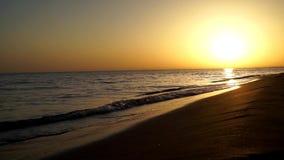 Να ικανοποιήσει τα ήρεμα αργά κύματα που συντρίβουν στην ωκεάνια ακτή ακτών παραλιών άμμου όμορφο θερμό seascape ηλιοβασιλέματος  απόθεμα βίντεο