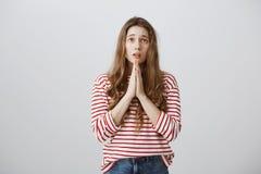 Να ικετεύσει για το έλεος Ο πυροβολισμός στούντιο της ανησυχημένης θλιβερής νέας ξανθής εκμετάλλευσης παραδίδει προσεύχεται και π Στοκ φωτογραφία με δικαίωμα ελεύθερης χρήσης