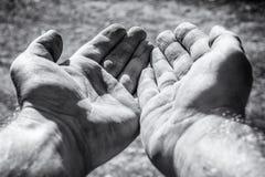 Να ικετεύσει τα βρώμικα χέρια ως σημάδι της ένδειας στοκ εικόνες