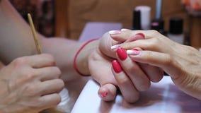Να ισχύσει και ρύθμιση rhinestones στο θηλυκό καρφί απόθεμα βίντεο
