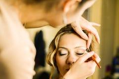 Να ισχύσει καλλιτεχνών σύνθεσης makeup στο πρότυπο, κλείνει επάνω Στοκ φωτογραφίες με δικαίωμα ελεύθερης χρήσης