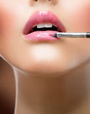 να ισχύσει lipgloss αποτελεί Στοκ Φωτογραφίες