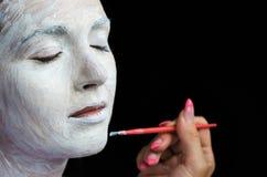 Να ισχύσει makeup για την όμορφη νέα γυναίκα Στοκ εικόνα με δικαίωμα ελεύθερης χρήσης