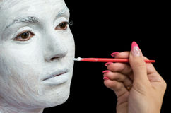 Να ισχύσει makeup για την όμορφη νέα γυναίκα Στοκ Εικόνα
