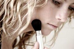 να ισχύσει makeup Στοκ φωτογραφία με δικαίωμα ελεύθερης χρήσης