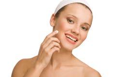 Να ισχύσει moisturizer στοκ φωτογραφίες
