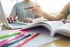 Να διδάξει βοηθώντας την έννοια τεχνολογίας Νέο δάσκαλος ή tuto γυναικών Στοκ Εικόνα