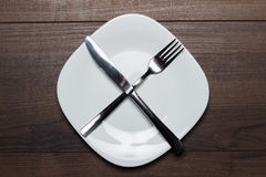 Να κάνει δίαιτα άσπρο πιάτο έννοιας με το μαχαίρι και το δίκρανο Στοκ φωτογραφία με δικαίωμα ελεύθερης χρήσης