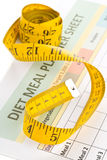 Να κάνει δίαιτα έννοια απώλειας βάρους - ταινία μέτρησης στον προγραμματισμό γεύματος Στοκ Εικόνες