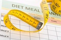 Να κάνει δίαιτα έννοια απώλειας βάρους - ταινία μέτρησης στον προγραμματισμό γεύματος Στοκ Φωτογραφία