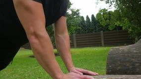 Να κάνει ατόμων ικανότητας pushups υπαίθριο Ικανότητα και έννοια αθλητικού τρόπου ζωής απόθεμα βίντεο
