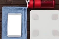 Να κάνει δίαιτα και ελέγχου θερμίδες για την έννοια καλών υγειών έξυπνα συσκευή ταμπλετών κλιμάκων βάρους και μπουκάλι κατανάλωση στοκ εικόνα με δικαίωμα ελεύθερης χρήσης