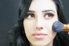 Να κάνει καλλιτεχνών Makeup αποζημιώνει την αρκετά αραβική γυναίκα Στοκ Φωτογραφία