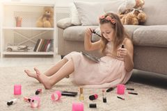 Να κάνει μικρών κοριτσιών αποτελεί με τα καλλυντικά mom ` s Στοκ Εικόνες