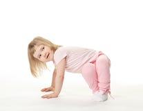 να κάνει μωρών ασκεί τον ευτυχή αθλητισμό χαμόγελου κοριτσιών Στοκ Φωτογραφία
