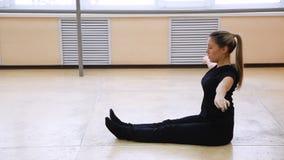 Να κάνει νέων κοριτσιών επιλύει στην αίθουσα χορού Στο πάτωμα φιλμ μικρού μήκους