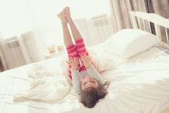 Να κάνει παιδιών ασκεί στο κρεβάτι Στοκ εικόνα με δικαίωμα ελεύθερης χρήσης
