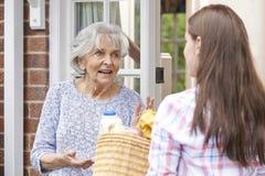 Να κάνει προσώπων που ψωνίζει για τον ηλικιωμένο γείτονα Στοκ φωτογραφίες με δικαίωμα ελεύθερης χρήσης