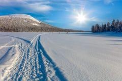 Να κάνει σκι ίχνος στην όμορφη χειμερινή περιοχή και τα κάνοντας σκι άτομα Στοκ φωτογραφία με δικαίωμα ελεύθερης χρήσης